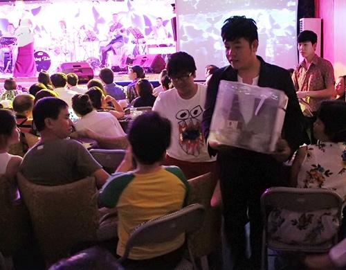 Những liveshow từ thiện quen thuộc thường xuyên được Lệ Quyên tổ chức tại phòng trà Không Tên - Tin sao Viet - Tin tuc sao Viet - Scandal sao Viet - Tin tuc cua Sao - Tin cua Sao