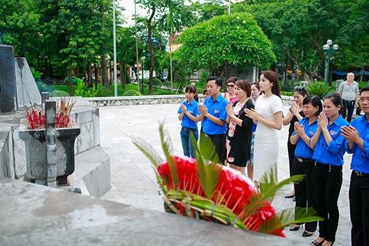 Kỳ Duyên dâng hoa, thắp hương tại đài tưởng niệm các anh hùng liệt sĩ tỉnh Nam Định. - Tin sao Viet - Tin tuc sao Viet - Scandal sao Viet - Tin tuc cua Sao - Tin cua Sao