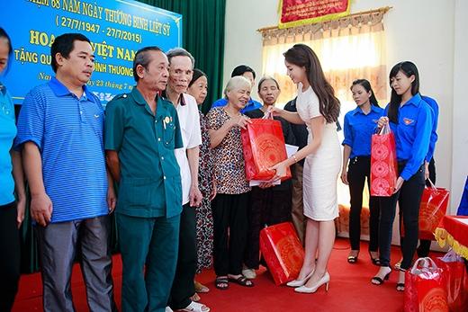 Hoa hậu Kỳ Duyên giản dị đi từ thiện tại quê nhà - Tin sao Viet - Tin tuc sao Viet - Scandal sao Viet - Tin tuc cua Sao - Tin cua Sao