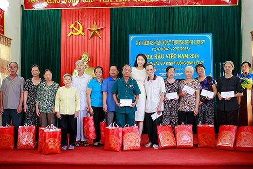 Chụp hình kỉ niệm cùng mọi người... - Tin sao Viet - Tin tuc sao Viet - Scandal sao Viet - Tin tuc cua Sao - Tin cua Sao