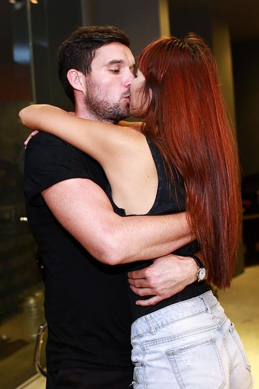 Cả hai trao nhau nụ hôn ngọt ngào. - Tin sao Viet - Tin tuc sao Viet - Scandal sao Viet - Tin tuc cua Sao - Tin cua Sao