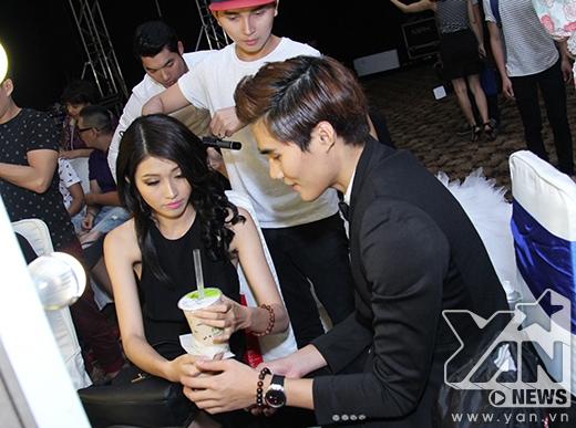 Quỳnh Châu luôn nhận được sự chăm sóc ân cần từ bạn trai trong hậu trường.
