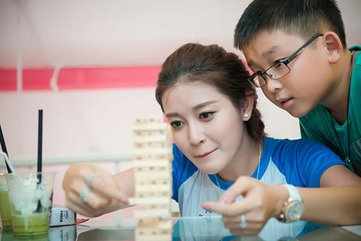 Em trai Huyền My cũng hào hứng tham gia chơi trò chơi.
