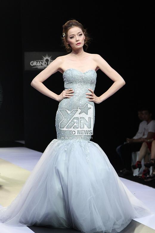 Tông xám bạc ánh kim cùng kiểu váy ôm sát mang đến nét hiện đại, lạ mắt cho chân dài Hoàng Oanh.