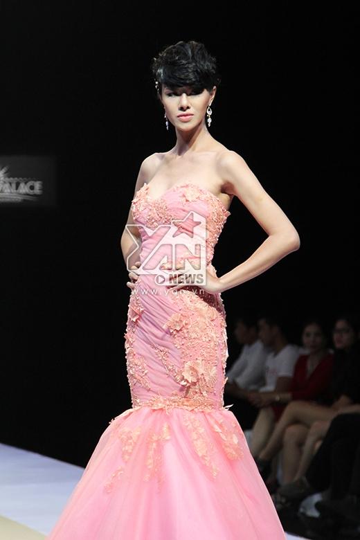 Cô người mẫu tomboy Đỗ Hà bất ngờ nữ tính với chiếc váy tông hồng ngọt ngào, lãng mạn.