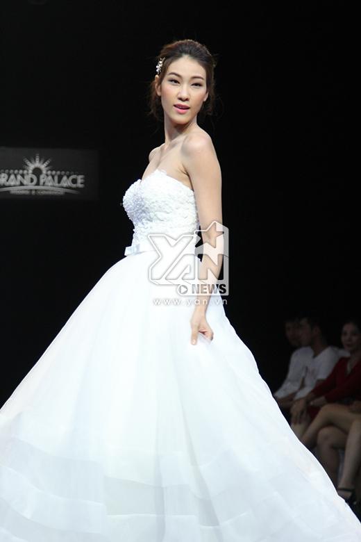 Chiếc váy cưới bồng bềnh thể hiện nét nữ tính, ngọt ngào trong phong cách của Ngọc Thúy. Cô gái này sở hữu chiều cao khủng 1m81.