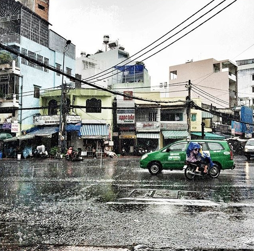Mỗi lần được tắm mưa là Sài Gòn trở nên vô cùng mát mẻ và dễ chịu. Mùi đất, mùi gió khiến cho những bực dọc hằng ngày cũng dịu đi. (Ảnh: IG minotanu)
