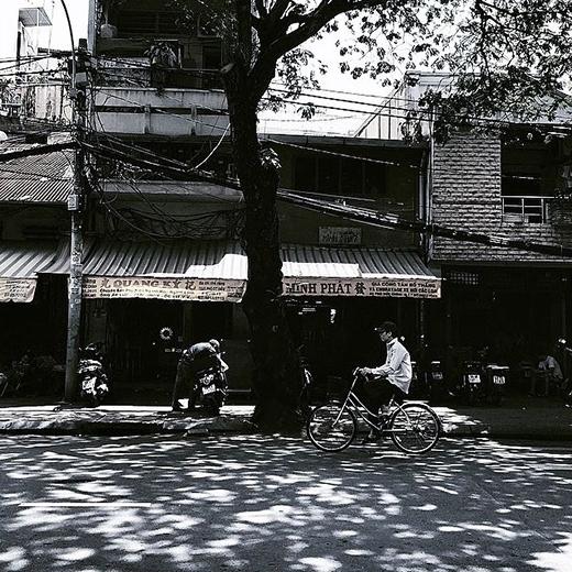 Những con đường ngập nắng vàng vào buổi trưa oi ả của Sài Gòn. (Ảnh: IG hanhattien)
