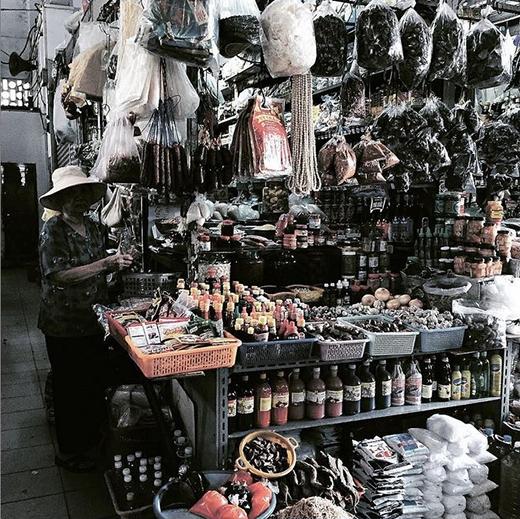 Một quầy bán gia vị và hương liệu trong những khu chợ nổi tiếng ở Sài Gòn. Đây không chỉ đơn thuần là cuộc sống, mà còn là nét văn hóa độc đáo của những người dân nơi đây. (Ảnh: IG hanhattien)