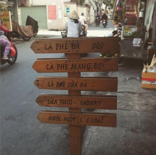 Một biển hiệu quen thuộc ở những quán nước lề đường đặc trưng của Sài Gòn. Bạn chỉ cần dừng xe sát vỉa hè, gọi nước và mang đi, mọi thứ diễn ra rất nhanh-gọn-lẹ. (Ảnh: IG saigoncaffeinated)