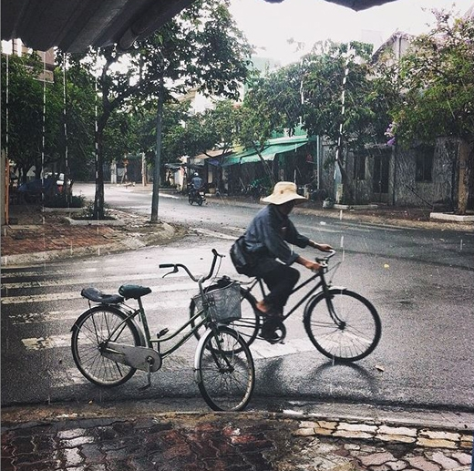 Những cơn mưa bất chợt của Sài Gòn có khiến bạn bao lần vất vả để tìm chỗ trú hay không? (Ảnh: IG tuyenbamap)