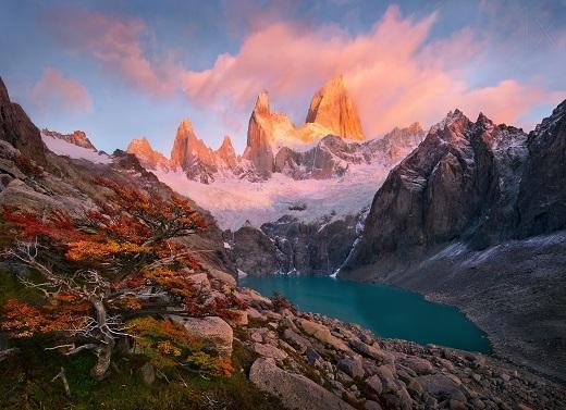 Những ngọn núi đá màu sắc kì lạ.