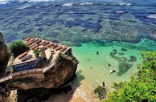 Nước biển xanh trong thấy cả những hòn đá, rặn san hô.