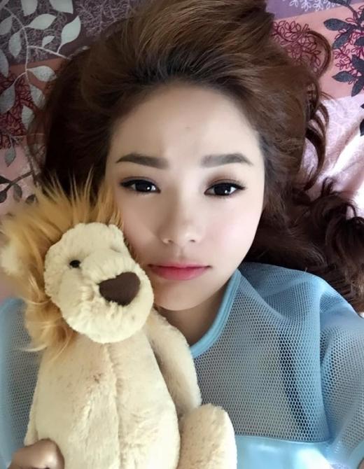 Minh Hằng vừa nằm vừa làm mặt đáng thương chụp selfie với chú gấu bông của mình. - Tin sao Viet - Tin tuc sao Viet - Scandal sao Viet - Tin tuc cua Sao - Tin cua Sao