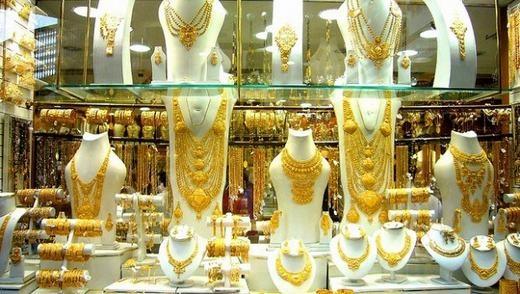 Nơi đây có mặt của đầy đủ các loại vàng từ 18K, 22K hay 24K. Là những vật xa xỉ nhưng tại đây, chúng được bày bán như một thứ bình thường như ở các nơi khác.