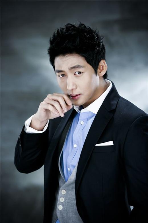 Lee Tae Sung đã từng ấp ủ giấc mơ trở thành ngôi sao bóng chày chuyên nghiệp nhưng cũng vì chấn thương mà anh chỉ có thể hoàn thành giấc mơ trong bộ phim Two Outs In The Ninth Inning.