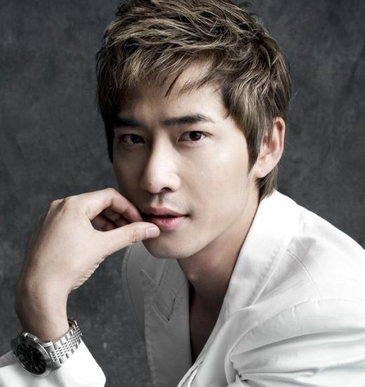 Nam diễn viên Kang Ji Hwantừng là một chuyên viên thiết kế đồ họa trong khoảng một năm.