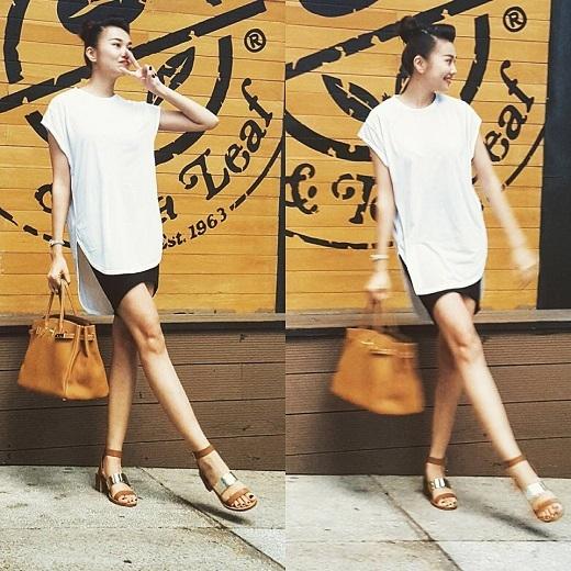 Thanh Hằng nổi bật với mẫu áo giả váy sành điệu. Siêu mẫu chân dài 1m12 khéo léo kết hợp xăng-đan ánh kim mạnh mẽ tông xuyệt tông cùng túi xách hàng hiệu Hermes Birkin.
