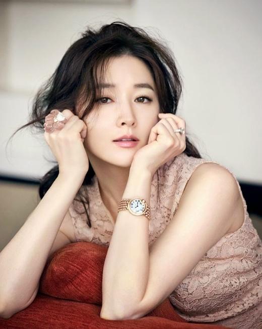 Ngọc nữ Lee Young Aetừng là phóng viên cho một chương trình tin tức buổi sáng vào những năm 1994.
