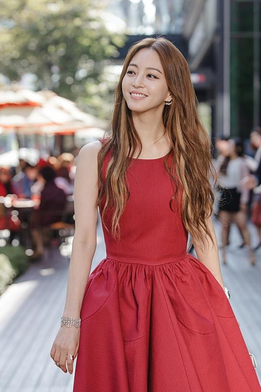 Han Ye Seulthì từng là một siêu mẫu, sau đó cô trở thành phóng viên cho Section TV trước khi bén duyên với diễn xuất.