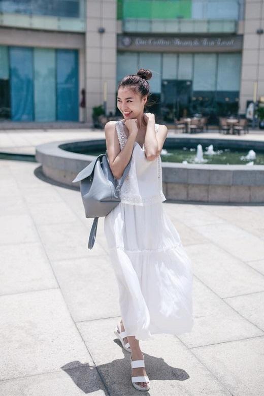 Ninh Dương Lan Ngọc thư thả dạo phố với bộ cánh tông trắng nữ tính. Nữ diễn viên Vừa đi vừa khóc tin tưởng lựa chọn ba-lô quai nhỏ làm người bạn đồng hành.