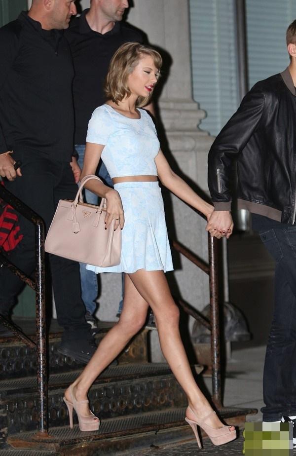 Taylor Swift trung thành với phong cách quen thuộc: áo crop-top đi kèm chân váy ngắn sành điệu.