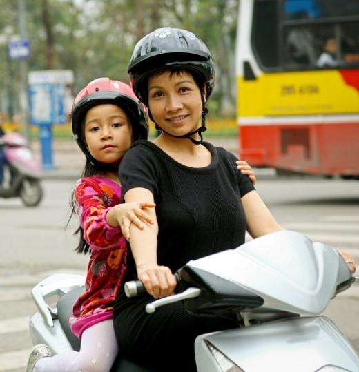 Diva Mỹ Linh đi xe máy đèo con gái cưng ngồi phía sau. - Tin sao Viet - Tin tuc sao Viet - Scandal sao Viet - Tin tuc cua Sao - Tin cua Sao