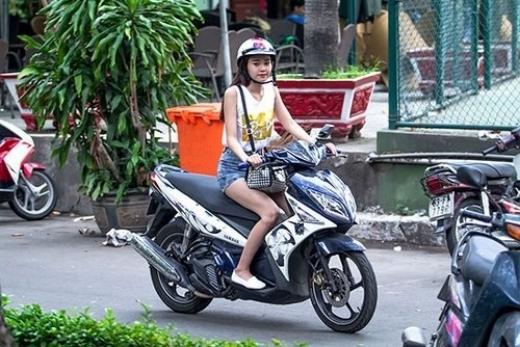 Ninh Dương Lan Ngọc vẫn thường xuyên bị tóm khi chạy show bằng xe máy. - Tin sao Viet - Tin tuc sao Viet - Scandal sao Viet - Tin tuc cua Sao - Tin cua Sao