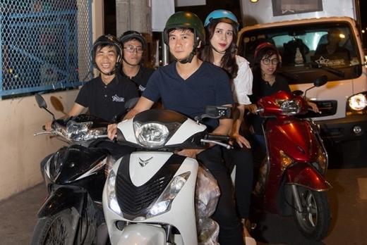 Hình ảnh vợ chồng Hồ Hoài Anh - Lưu Hương Giang đi xe máy làm từ thiện cùng fan làm nhiều người cảm thấy ấm lòng. - Tin sao Viet - Tin tuc sao Viet - Scandal sao Viet - Tin tuc cua Sao - Tin cua Sao