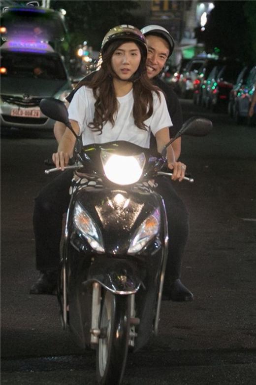 Hình ảnh ngược đời của Ngọc Quyên khi cô đang chở chồng mình đi dạo Sài Gòn trên chiếc xe máy đúng chất Việt Nam. - Tin sao Viet - Tin tuc sao Viet - Scandal sao Viet - Tin tuc cua Sao - Tin cua Sao