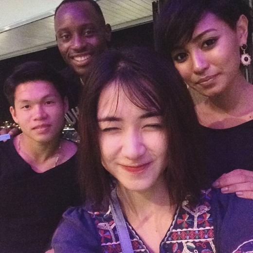 Hòa Minzy chụp hình cùng bạn bè và chàng trung vệ Franklin.