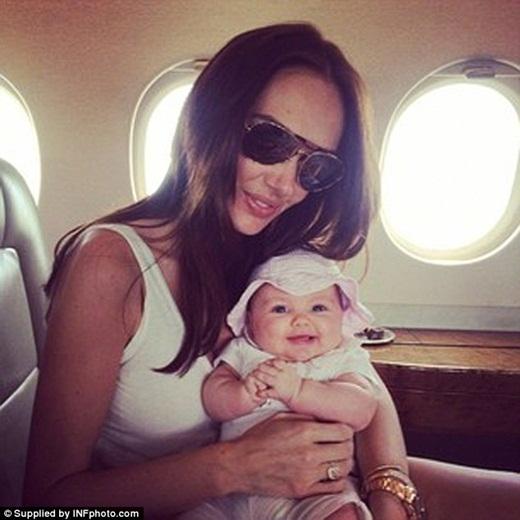 Sau đó một tháng, cô bé lại cùng du lịch với gia đình đến Monacođể kỉ niệm sinh nhật lần thứ 30 của Tamara trên phi cơ riêng.