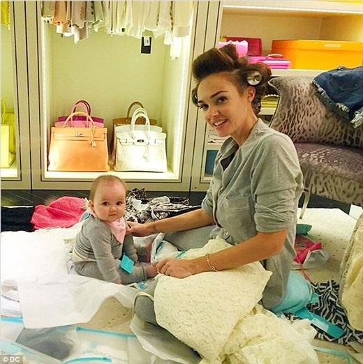 Sophia đang chơi đùa với mẹ của mình trong phòng thay đồ ở trong ngôi biệt thự trị giá 70 triệu bảng ởKensington, Anh.