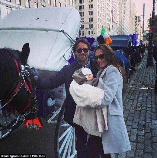 Cô bé Sophia 8 tháng tuổi đang cùng ba mẹ chuẩn bị lên xe ngựa dạo chơi ở Công viên trung tâm,New York, Mỹ.
