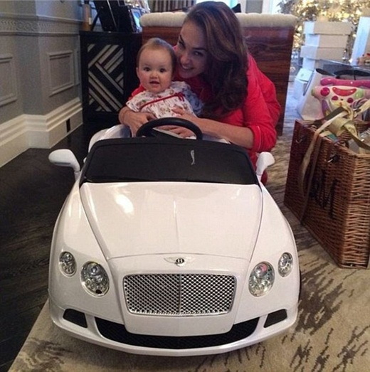 """Sau đó một ngày, Sophia đã nhận được món quà giáng sinh đầu tiên trong đời là một chiếc xeBentleyphiên bản thu nhỏ dành cho em bé. Tamara đã chia sẻ bức ảnh này trên trang cá nhân với chú thích: """"Mong là Sophia sẽ được thừa kế kĩ năng lái xe của tôi chứ không phải cha của con bé""""."""