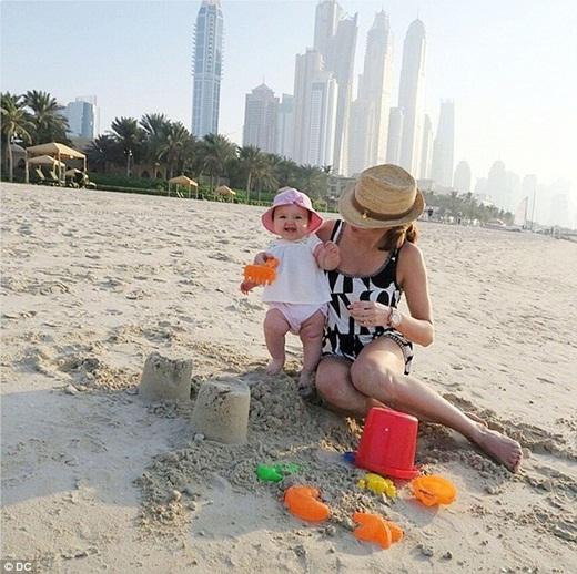 Vào ngày đầu năm mới, cô bé Sophia đã dành thời gian chơi đùa bên bãi cát ởDubai.