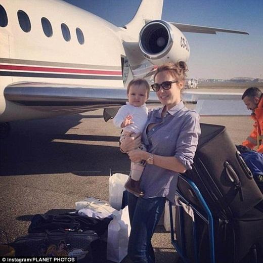 Một ngày sau đó, cô bé cùng mẹ trở về nhà trên chiếc phi cơ riêng.