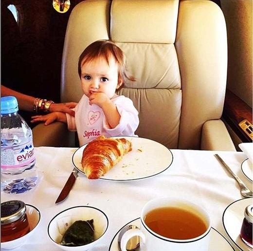 Gần đây nhất, Sophia đang thưởng thức bữa ăn trên chuyến phi cơ riêng của gia đình và lại đang chuẩn bị du lịch đến một đất nước nào đó để nghỉ hè.