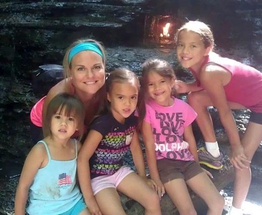 Và người bạn thân của Elizabeth từ năm lớp 5 - cô Laura Ruffino- đã hứa sẽ nhận nuôi bốn đứa trẻ nếu có chuyện không may xảy đến với Elizabeth.