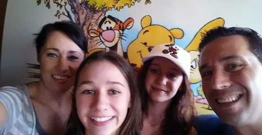 Một tổ chức địa phương ở Orchard Park, New York, Mỹ thường đến giúp đỡ gia đình nhỏ của cô Laura.