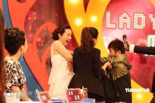 Trên sân khấu chương trình Lady Oa Oa, nữ diễn viên Mạnh Thiênxuất hiện rạng rỡ với bộ váy ngắn, khoe bờ vai thon thả và vòng một bắt mắt. Khi đang quay dở chương trình thì đột nhiên một khán giả nam có mặt tại đó đã lên sân khấu xin chữ ký củaMạnh Thiên và đề nghị được giao lưu cùng cô. Tuy nhiên, sau đó, trước ống kính, người đàn ông này cố tình lao đến sàm sỡ vòng một của cô khiến nữ diễn viên hoảng sợ.