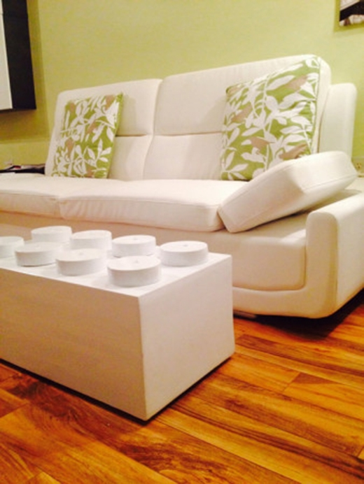 Chiếc bàn phòng khách hình viên gạch xếp hình.