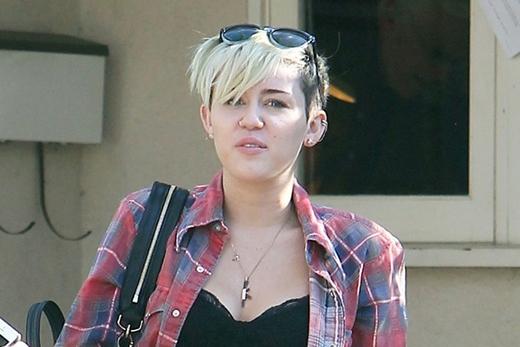 Miley Cyrus trông kém sắc hơn với khuôn mặt mộc.