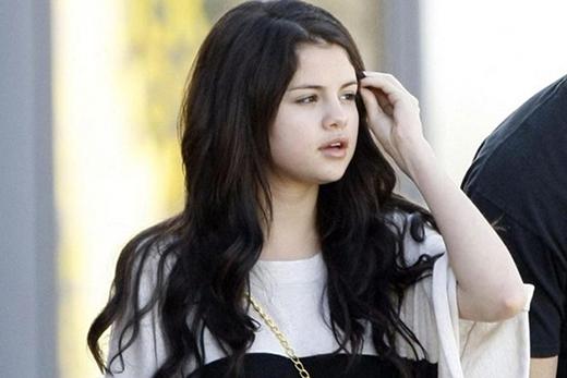 Selena Gomez vẫn cực kì đáng yêu khi không trang điểm.