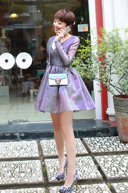 Bộ váy thứ ba có tông màu tím than trầm ấm. Kiểu váy xòe ngắn điệu đà lại được Lý Quí Khánh tạo điểm nhấn bằng đường xẻ ngực sâu gợi cảm.