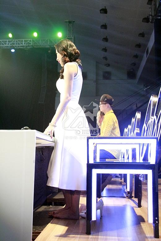 Thủy Tiên cởi giày khi đứng nhận xét bài nhảy của hai bé - Tin sao Viet - Tin tuc sao Viet - Scandal sao Viet - Tin tuc cua Sao - Tin cua Sao