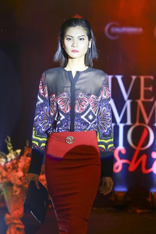 Hơi thở hiện đại trong thời trang công sở với áo sơ mi họa tiết diện cùng chân váy bút chì tông đỏ nổi bật.