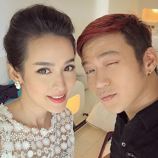 Ngoài đời, NTK Chung Thanh Phong là một trong những người bạn thân thiết của Tú Vi.Chính vì vậy, nữ diễn viên xinh đẹp rất an tâm khi giao nhiệm vụ trọng đại cho NTK trẻ này. - Tin sao Viet - Tin tuc sao Viet - Scandal sao Viet - Tin tuc cua Sao - Tin cua Sao