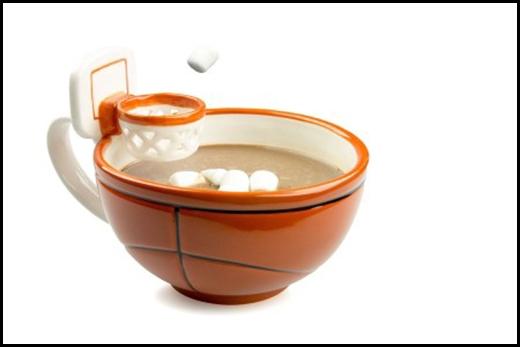 Chiếc ly có gắn khung thành bóng rổ để người uống bỏ đường vào.