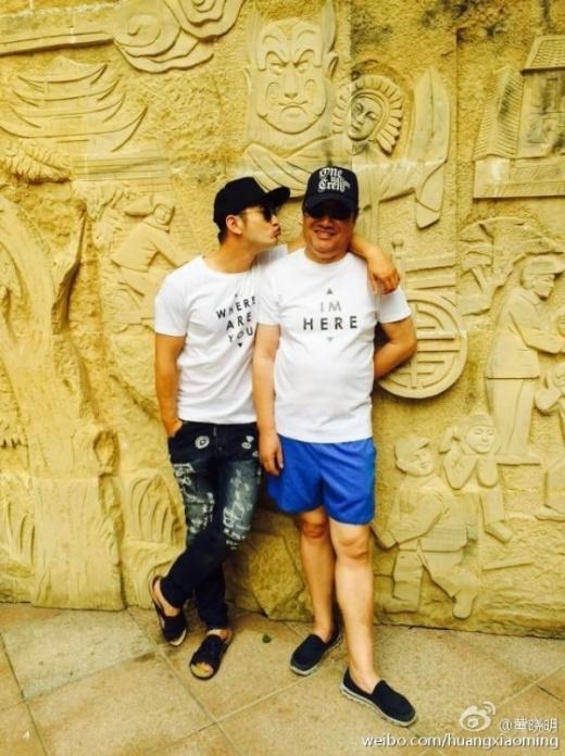 Huỳnh Hiểu Minh tung hình ảnh áo đôi, nũng nịu với bố